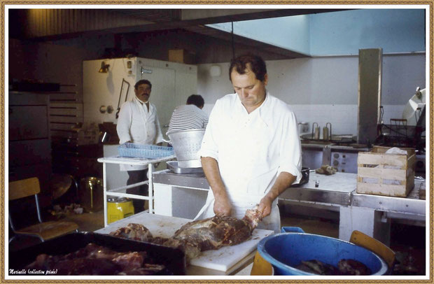 """Gujan-Mestras autrefois : Les cuisines de la Foire aux Huitres pour le restaurant """"L'Huître Joyeuse"""" (sur cette photo, Maurice Sapin à la découpe et, derrière, """"Néné"""", Bassin d'Arcachon (collection privée)"""