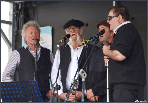 """Une partie des chanteurs du groupe """"Los de Laruntz"""", Fête au Fromage, Hera deu Hromatge, à Laruns en Vallée d'Ossau (64)"""