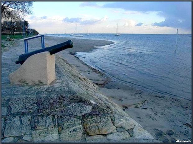 Un des deux canons sur un côté de la jetée à Arès (Bassin d'Arcachon)