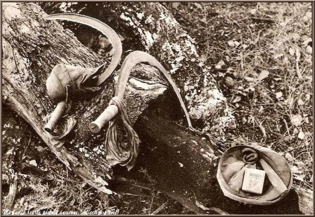"""Serpette pour couper la lavande, casquette et paquet de """"Gauloises"""" (carte postale ancienne, collection privée)"""