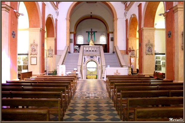 Sanctuaire Notre Dame de Lumière (crypte en fond en contrebas entre les 2 escaliers) à Goult, Lubéron - Vaucluse (84)