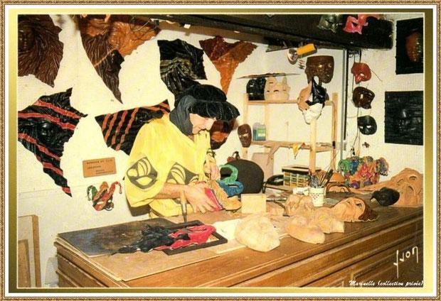 Gujan-Mestras autrefois : Atelier du sellier-décorateur au Village Médiéval d'Artisanat d'Art de La Hume, Bassin d'Arcachon (carte postale, collection privée)