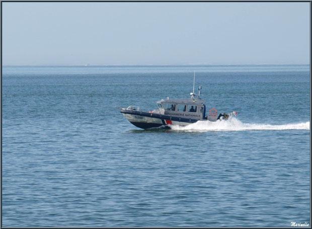 Vedette de la Gendarmerie Nationale sur le Bassin vue depuis la jetée de La Corniche à Pyla-sur-Mer, Bassin d'Arcachon (33) : même là, ils veillent !