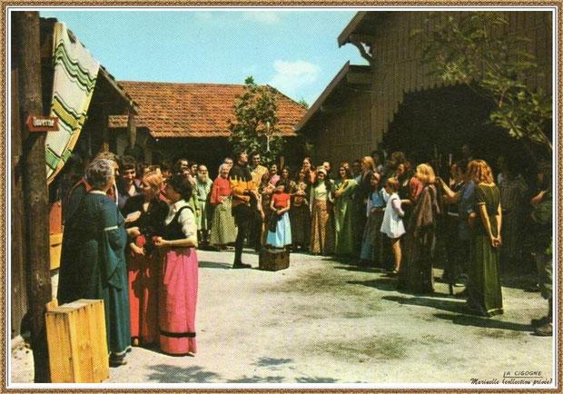 Gujan-Mestras autrefois :  Place des Captaux au Village Médiéval d'Artisanat d'Art de La Hume, Bassin d'Arcachon (carte postale, collection privée)