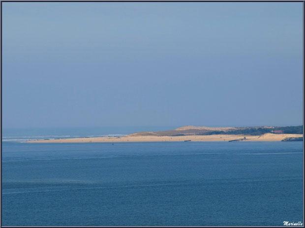 La pointe du Cap Ferret entre Bassin et Océan Atlantiqaue vue depuis jetée promenade de La Corniche à Pyla-sur-Mer, Bassin d'Arcachon (33)