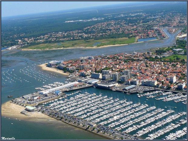 Arcachon, son port de plaisance et son quartier de l'Aiguillon avec, en toile de fond, La Teste et ses ports, Bassin d'Arcachon (33) vu du ciel en amorçant un virage