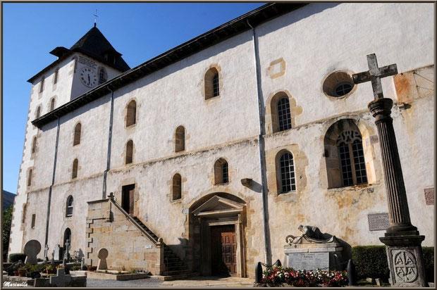 L'église Saint-Martin de Sare avec son cimetière avec ses tombes aux stèles basques et le Monument aux Morts, Pays Basque français