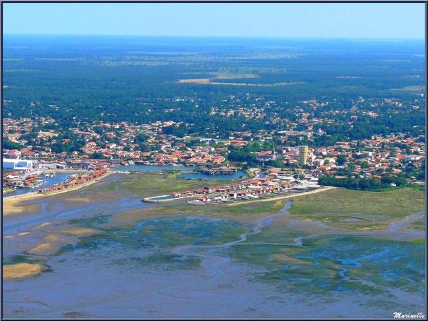 Le Bassin à marée basse et ses chenaux, Gujan Mestras avec son château d'eau, ses Ports de la Passerelle et Larros,Bassin d'Arcachon (33) vu du ciel