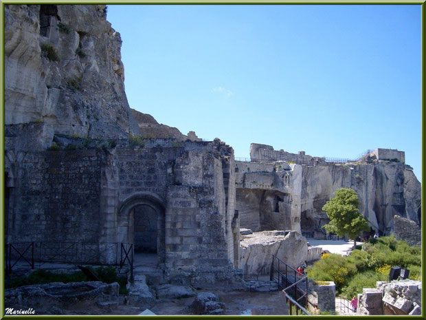 Entrée Chapelle Castrale, basses-cours, Tour Sarrasine en fond, Château des Baux-de-Provence, Alpilles (13)