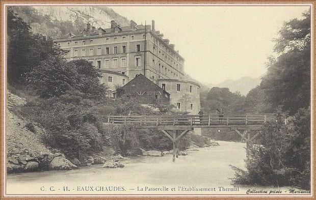 Carte postale ancienne - L'établissement thermal et la passerelle en bois enjambant le Gave d'Ossau vers 1900, Vallée d'Ossau (64)