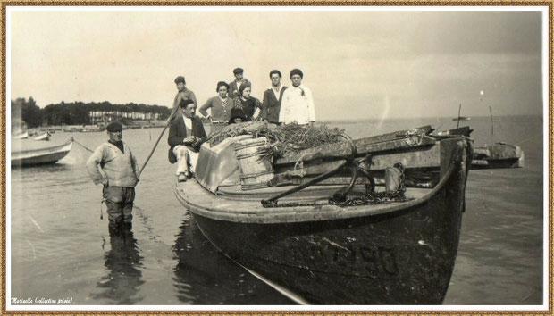 En 1932, pose photo sur une pinasse revenant de promenade, Village de L'Herbe autrefois, Bassin d'Arcachon (33)