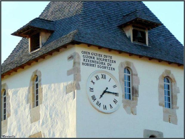 """L'église Saint-Martin de Sare, le clocher avec son inscription qui signifie """"Toutes les heures blessent l'homme, la dernière l'envoie au tombeau"""", Pays Basque français"""