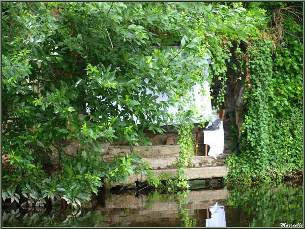 Cachés dans la verdure, lavoir et scène lavandière reconstituée sur Le Trieux, Pontrieux, Côte d'Armor (22)