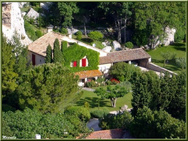 Vue panoramique sur une maison du village en contrebas depuis la cité des Baux-de-Provence, Alpilles (13)