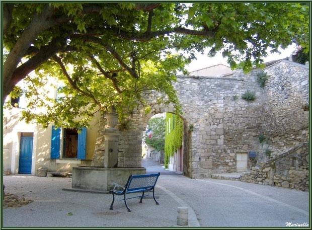 La placette ombragée du village de Le Beaucet, Lubéron (84) avec son banc, sa fontaine, la Mairie aux volets bleus