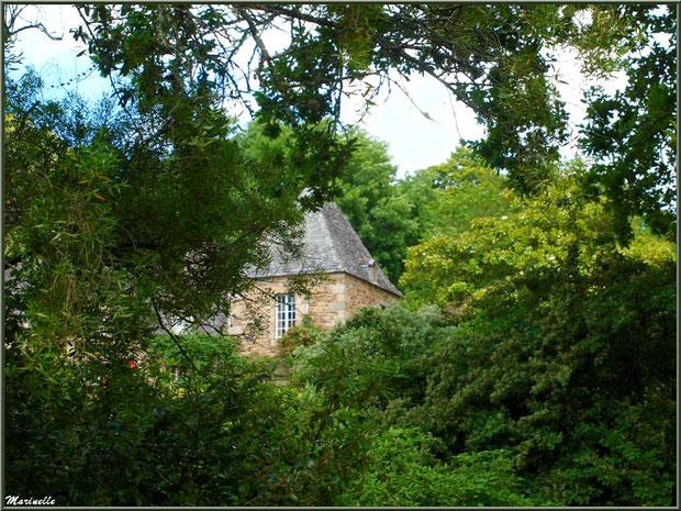 Le Manoir derrière la végétation - Les Jardins du Kerdalo à Trédarzec, Côtes d'Armor (22)