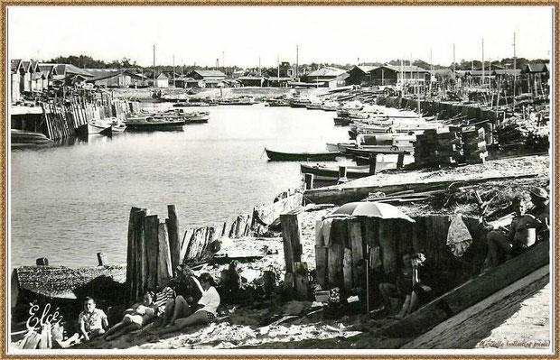 Gujan-Mestras autrefois : en 1963, Port de Larros avec sa petite plage, côté darse principale, en bas de la Jetée du Christ, Bassin d'Arcachon (carte postale, collection privée)