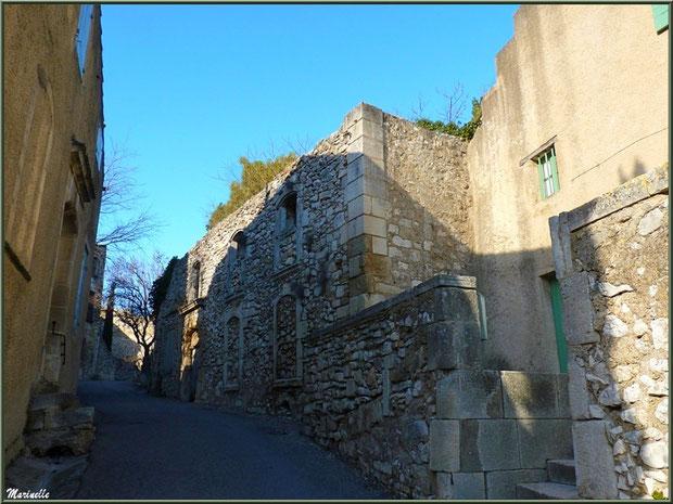 Ruelle et vielles pierres au village d'Eygalières dans les Alpilles, Bouches du Rhône
