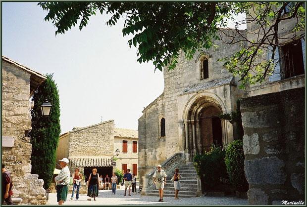 L'église Saint-Vincent (à droite), la place Saint-Vincent, la chapelle des Pénitents Blancs (à gauche) avec, en fond, le lavoir du village, Les Baux-de-Provence, Alpilles (13)