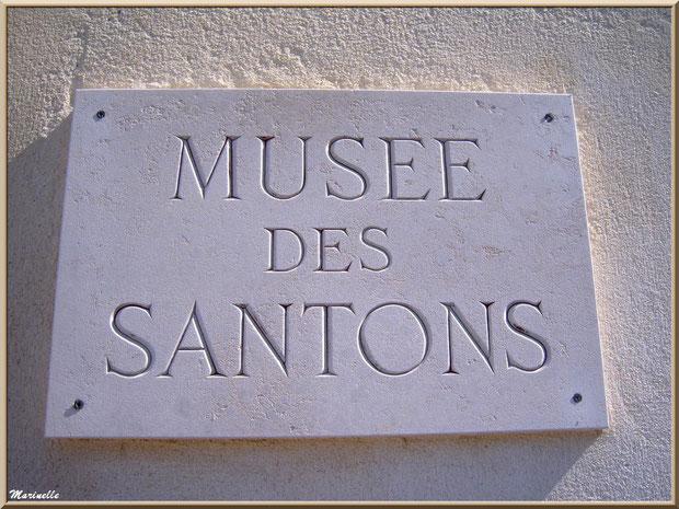 Plaque à l'entrée du Musée des Santons, Baux-de-Provence, Apilles (13)