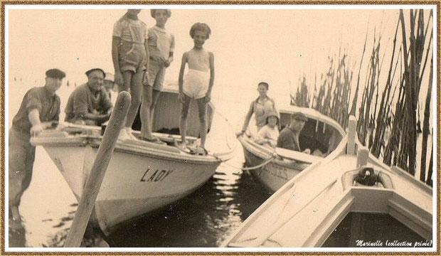 """Gujan-Mestras autrefois : Rencontre d'ostréiculeurs avec promeneurs dont pinasse """"Lady"""" sur un parc à huître à marée haute (2ème pinasse à mon grand-père maternel qui est assis dans sa pinasse), Bassin d'Arcachon (photo famille, collection privée)"""