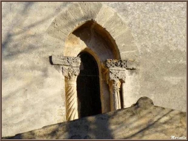 Ouverture au-dessus du faîte de l'entrée de l'église Saint Sébastien - Goult, Lubéron - Vaucluse (84)