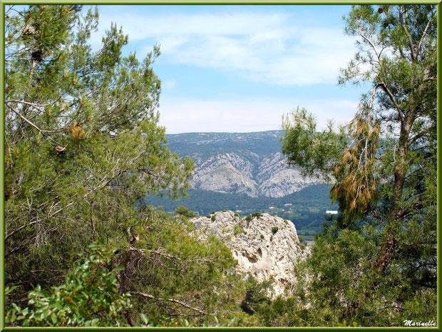 Vue panoramique sur la Vallée Heureuse depuis la route montant à la chapelle Notre Dame de Beauregard, village d'Orgon, entre Alpilles et Lubéron (13)