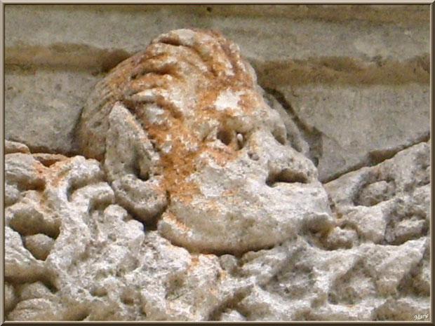 Détail d'une des sculptures bas relief du socle au Mausolée des Jules aux Antiques à Saint Rémy de Provence, Alpilles (13)