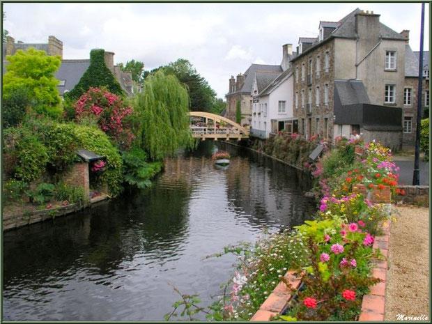Pontrieux avec la traversée de la rivière Le Trieux (en fond le pont St Yves), Côte d'Armor (22)