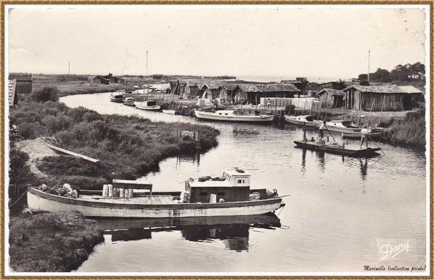Gujan-Mestras autrefois : Port de La Hume, cabanes de parqueurs, pinasses et chalands, Bassin d'Arcachon (carte postale, collection privée)
