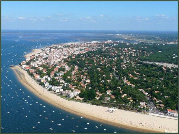 Le Bassin et le rivage d'Arcachon avec sa plage et promenade de Péreire, puis en fond, les jetées Croix des Marins, Thiers et Eyrac, et à l'horizon, La Teste, Gujan... Bassin d'Arcachon (33) vu du cie