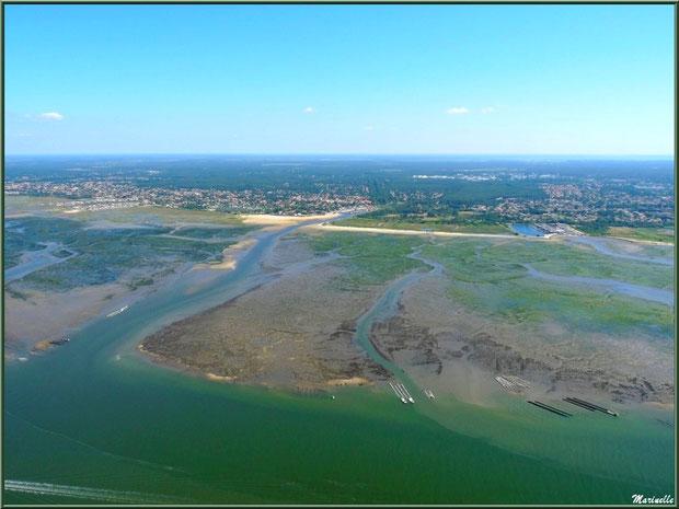 Le Bassin à marée montante, ses chenaux, quelques parcs à huîtres, La Teste et son port du Rocher, Gujan Mestras avec sa plage de La Hume et son port de Meyran , Bassin d'Arcachon (33) vu du ciel