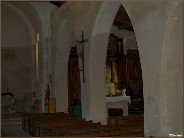L'allée principale avec le Christ en bois, l'autel, la statue de Saint Jean l'Evangéliste, et l'autel de la Vierge avec son rétable du XVIIème siècle, église Saint Pierre de Mons à Belin-Beliet (Gironde)