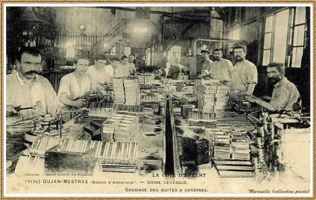 Gujan-Mestras autrefois : Soudage des boites à sardines à l'Usine-Conserverie Lévéque, Bassin d'Arcachon (carte postale, collection privée)