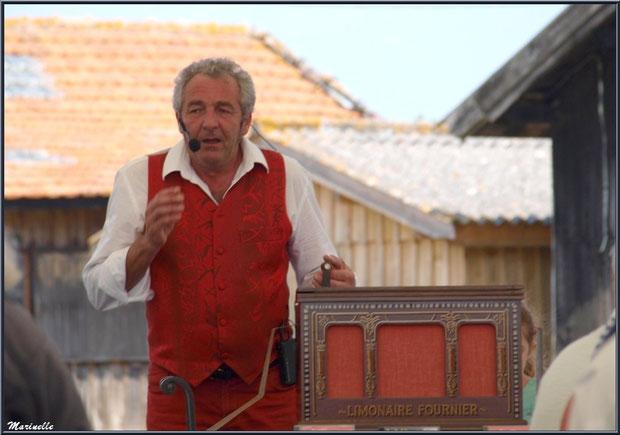Orgue de barbarie rythmant les chansons au cours du repas de la Fête du Retour de la Pêche à la Sardine 2014 à Gujan-Mestras, Bassin d'Arcachon (33)