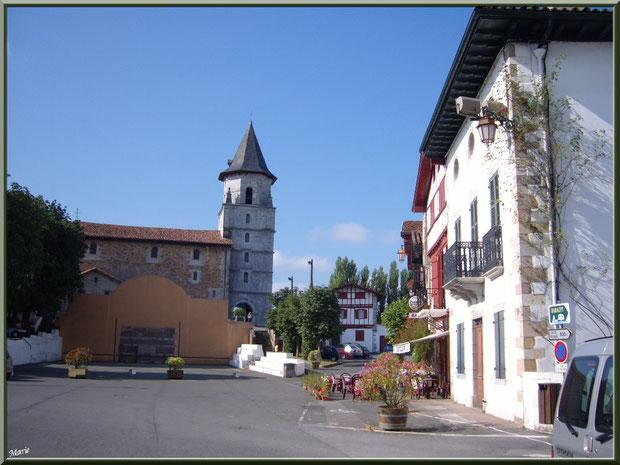Aïnoha, le fronton, maisons, commerces et l'église Notre Dame de l'Assomption en fond (Pays Basque français)