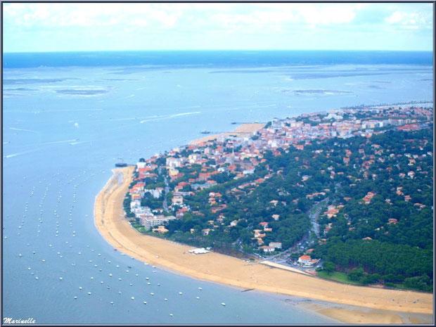 Le Bassin et le rivage d'Arcachon avec sa plage et promenade de Péreire puis ses jetées Croix des Marins, Thiers et Eyrac, Bassin d'Arcachon (33) vu du ciel