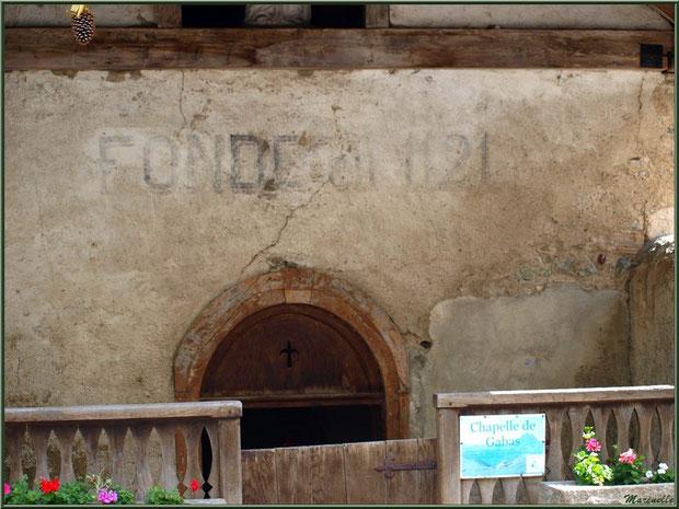 Entrée de la chapelle en bordure de la route traversant le hameau de Gabas, Vallée d'Ossau (64)