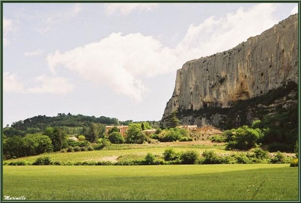 Le village de Lioux au pied de la Falaise de la Madeleine, Lubéron (84)