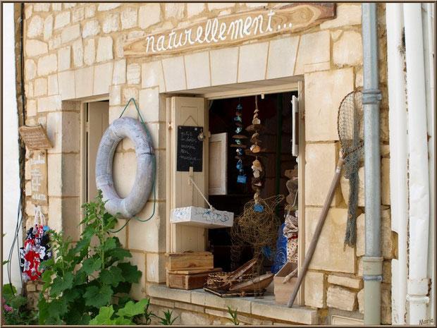 Fenêtre commerçante dans une ruelle à Talmont-sur-Gironde, Charente-Maritime