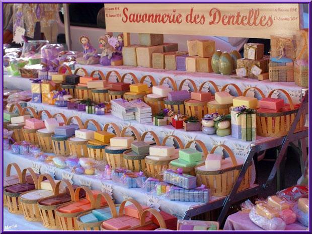 """Marché de Provence, lundi matin à Bédoin, Haut Vaucluse (84), étal """"Savonnerie des Dentelles"""" de Montmirail"""