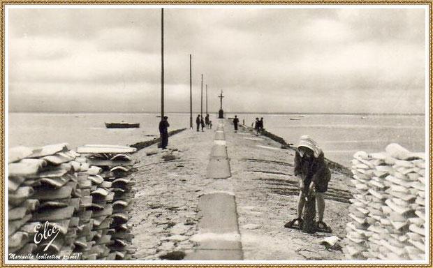 Gujan-Mestras autrefois : La Jetée du Christ avec une parqueuse et piles de tuiles, Port de Larros, Bassin d'Arcachon (carte postale, collection privée)