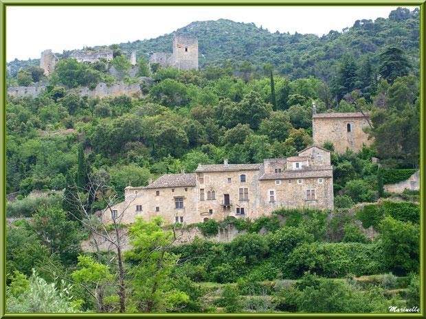 Une partie du village perché d'Oppède-le-Vieux, Lubéron (84), aperçu depuis la route montant vers le village