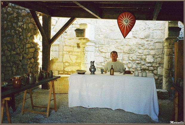 Invité à la table du Seigneur des Baux, village des Baux-de-Provence, Alpilles (13)
