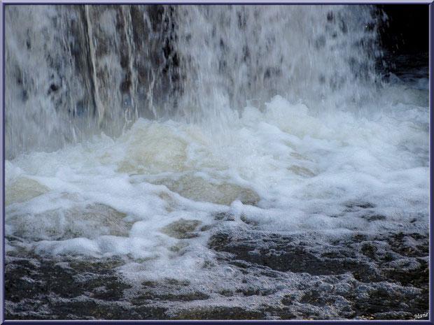 Cascade en sortie d'une des écluses sur le Canal des Landes au Parc de la Chêneraie à Gujan-Mestras (Bassin d'Arcachon)
