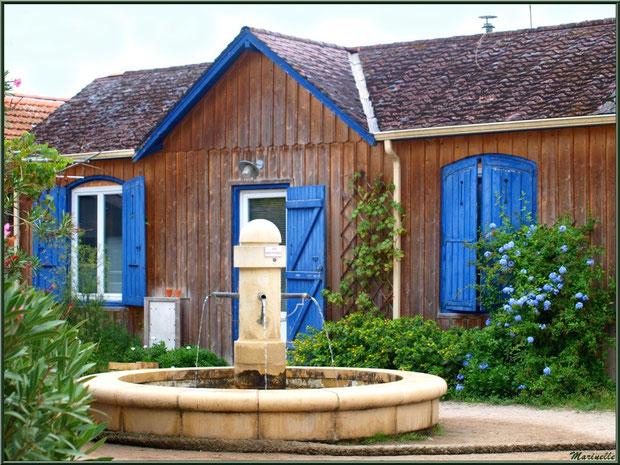 Place du village avec sa fontaine, Village de L'Herbe, Bassin d'Arcachon (33)