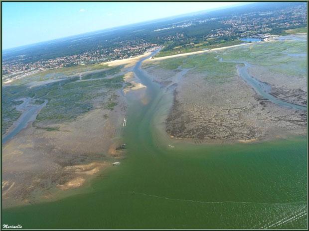 En amorçant un virage, le Bassin à marée montante, ses chenaux, quelques parcs à huîtres, La Teste et son port du Rocher, Gujan Mestras avec sa plage de La Hume et son port de Meyran , Bassin d'Arcach