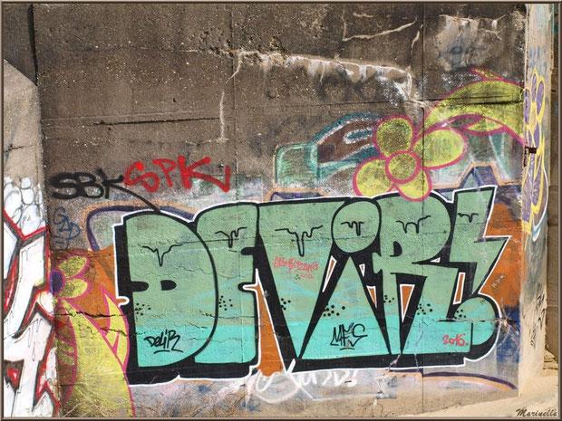 Tags et graffitis sur un blockhaus en bordure de plage de La Corniche à Pyla-sur-Mer, Bassin d'Arcachon (33)