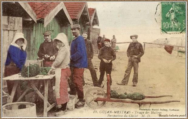 Gujan-Mestras autrefois : en 1923, ostréiculteurs au triage des huîtres devant cabanes vers Jetée du Christ au Port de Larros, Bassin d'Arcachon (carte postale, collection privée)