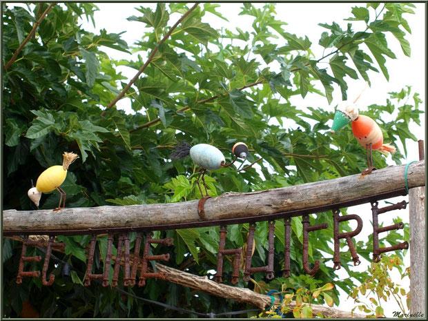 Décoration d'une entrée dégustation d'huîtres avec des oiseaux fabriqués avec des bouchons et flotteurs de pêche, Village de L'Herbe, Bassin d'Arcachon (33)